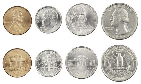 Las cuatro monedas americanas más utilizadas. Un cuarto, diez centavos, cinco y centavos aislado sobre un fondo blanco. Foto de archivo