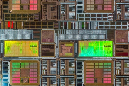 silicio: Oblea de silicio con un circuito electrónico impreso