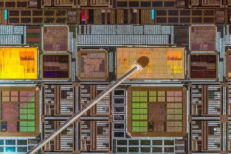 silicio: Oblea de silicio con el circuito electr�nico impreso en comparaci�n con una aguja Foto de archivo