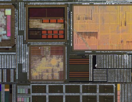 silicon: Oblea de silicio con un circuito electrónico impreso