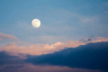 Full Moon with Clouds in Nighttime Moon in the Sky Standard-Bild