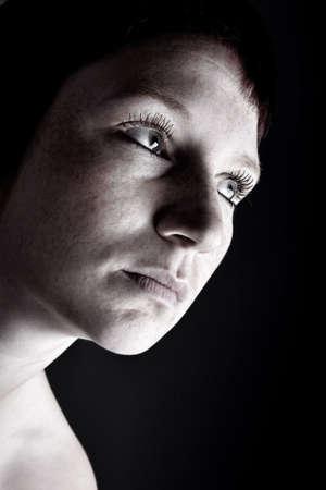 hair short: Studio ritratto di una giovane donna con i capelli alla ricerca di breve misterioso  Archivio Fotografico