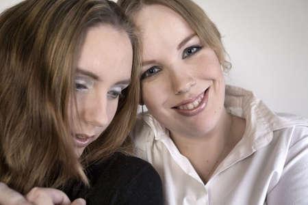 lesbienne: Portrait de studio de deux femmes lesbiennes se tenant Banque d'images