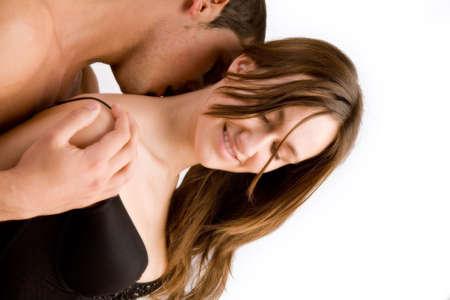 curare teneramente: Coppie giovani delladulto nel baciare dellstudio
