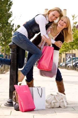 chicas de compras: Dos ni�as de compras en el tiempo soleado
