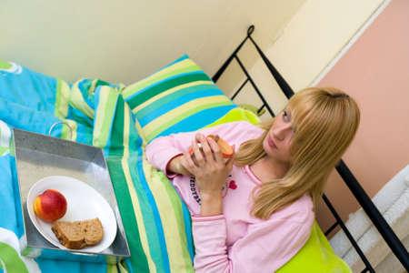 lookalike: Paris Hilton look-a-like having breakfast in bed