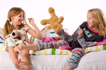 pijama: Dos ni�os peque�os disfrutando de su cama colorida
