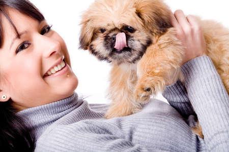 Brunette Frau mit einem niedlichen kleinen pekingese Standard-Bild - 4055679