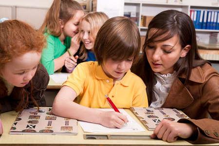 Kleine Gruppe von Studierenden mit unterschiedlichen Alters in einer Klasse Standard-Bild - 4496868