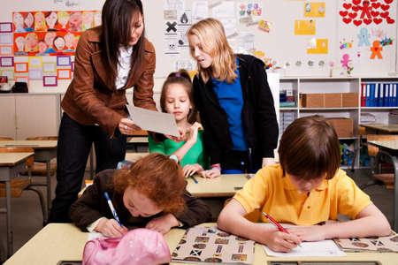 Kleine Gruppe von Studierenden mit unterschiedlichen Alters in einer Klasse Standard-Bild - 4496864