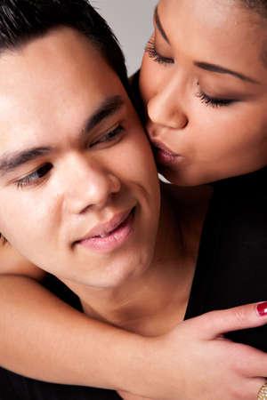 baiser amoureux: Portrait de jeune gar�on indon�sien-petite amie et dans l'amour Banque d'images