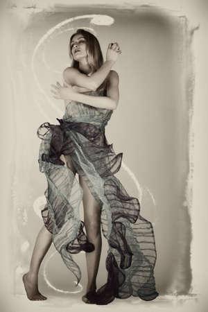 Porträt einer Frau in einem dünnen Kleid Designer Mode-Stil Standard-Bild - 4851180