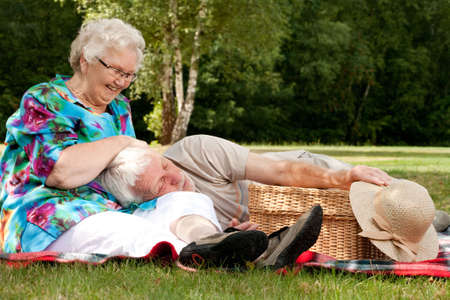picknick: Elderly couple enjoying the spring in the park