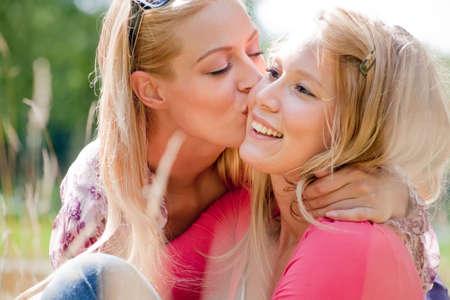 lesbienne: Deux s?urs dans le parc, profiter du beau temps