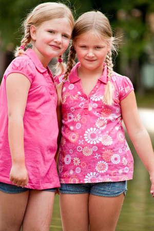 Glückliche Kinder, die Spaß im Park Standard-Bild