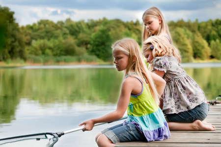 niñas gemelas: Felices los niños se divierten en el parque
