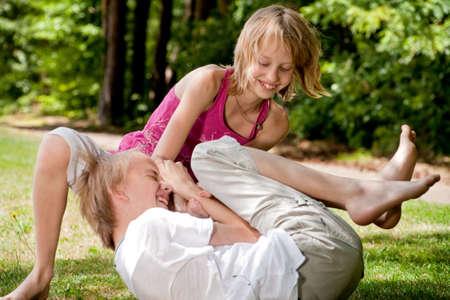 amigos abrazandose: Familia feliz disfrutando de su tiempo libre en el parque
