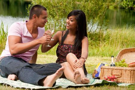 Junges Paar glücklich asian genießen ihre Zeit im Freien Standard-Bild - 5441258