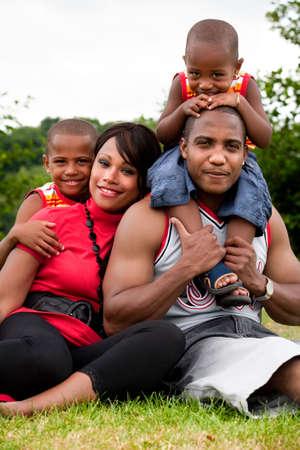enfants noirs: Happy famille noire profiter de leur journ�e libre