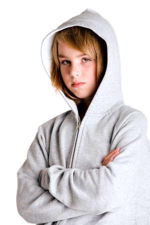 ni�os pensando: Chica en su�ter con capucha mirando un poco enfadada contigo. Obtenidos en un ambiente de estudio en fondo blanco