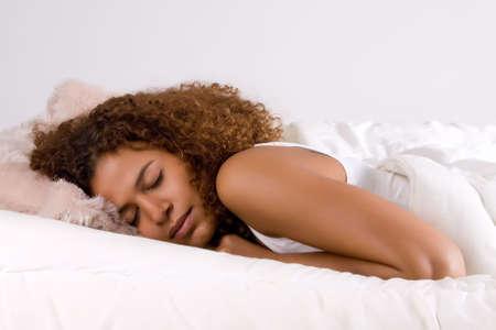 woman sleep: Linda chica de �frica se est� quedando a dormir en su cama