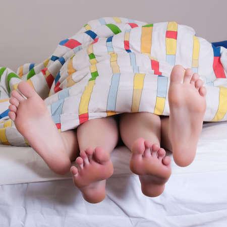 3 Freunde haben ein Pyjama Partei in ein Schlafzimmer Standard-Bild