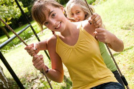 4 freudig freundinnen sind einen guten sonnigen Tag haben  Standard-Bild - 8006901