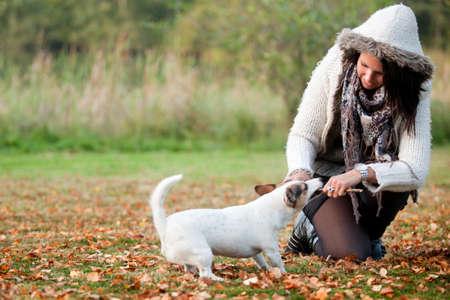 mujer con perro: Niña feliz con su Jack Russell Terrier Foto de archivo