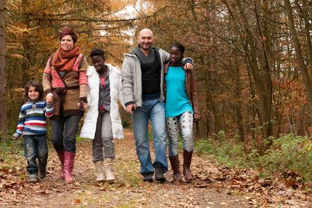 multicultureel: Gelukkig gezin met pleegkinderen in het bos Stockfoto