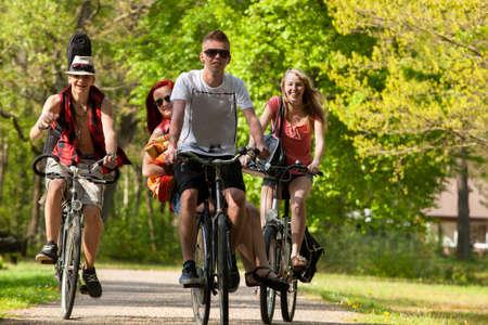Junge Jugendliche machen einen Ausflug mit den Fahrrädern Standard-Bild - 19908622