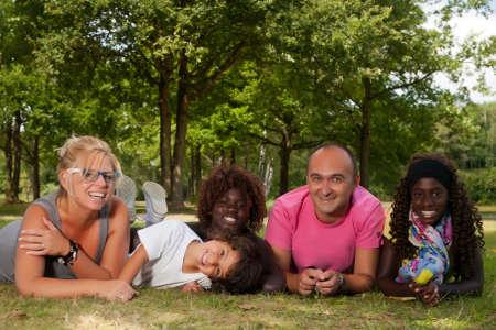 素敵な夏の日を持っている幸せな多文化家族 写真素材
