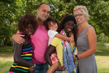Familia multicultural feliz que tiene un agradable día de verano Foto de archivo - 23233647
