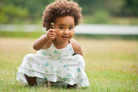 African junge Mädchen, die Spaß draußen Standard-Bild - 48568443