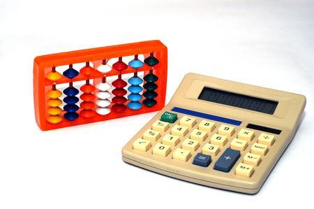 Oude en nieuwe manieren van computing wiskunde. Abacus en rekenmachine Stockfoto