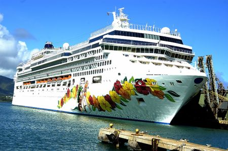 A cruise ship on the Hawaiian waters Stock Photo - 680280