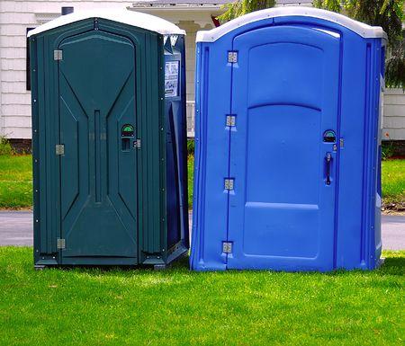 latrina: Due bagni portatile su un giorno nuvoloso coperto