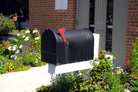 Un viejo mail en la casilla delante de un edificio de ladrillo  Foto de archivo - 2346658