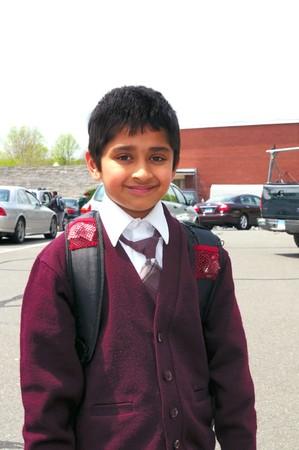 ir al colegio: Un ni�o indio guapo listo para ir a la escuela