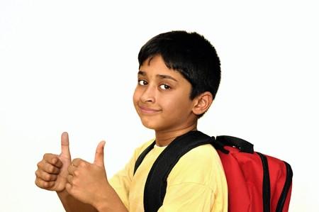 ir al colegio: Un guapo chico indio feliz ir a la escuela