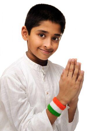 나라에 대한 사랑을 보여주는 잘 생긴 인도 아이