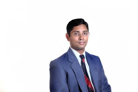 Een knappe Indiase zaken man lachend met succes
