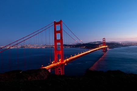 夕暮れ時にサンフランシスコのゴールデン ゲート ブリッジ