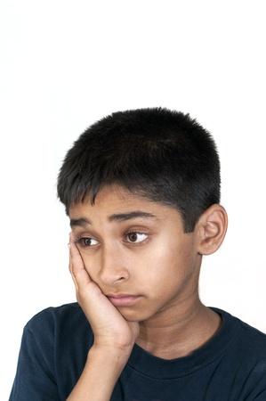 ni�os abandonados: Un ni�o indio guapo mirando muy triste Foto de archivo