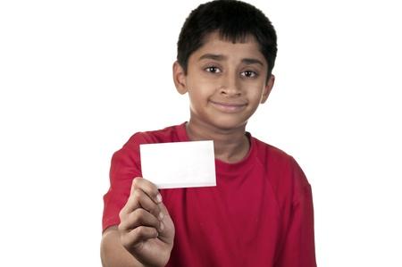 ハンサムなインドの子供のテキストをスペースでカードを保持しています