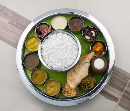 쌀로 만든 맛있는 인도 요리 처트니와 함께 제공