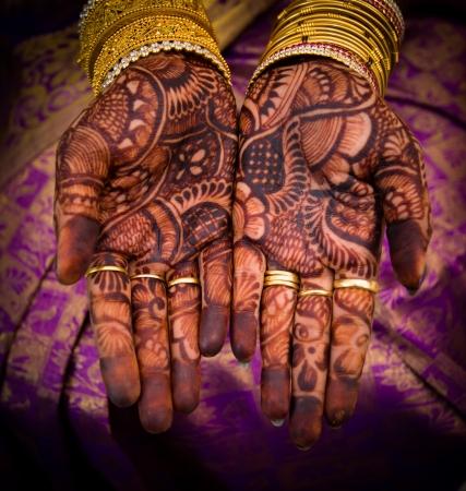 일반적으로 결혼식을 위해 행해지는 mehandi와 함께 아름답게 꾸며진 인도 손 스톡 콘텐츠