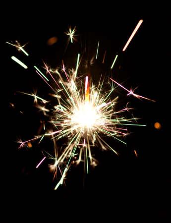 黒の背景に分離クリスマス線香花火の燃焼