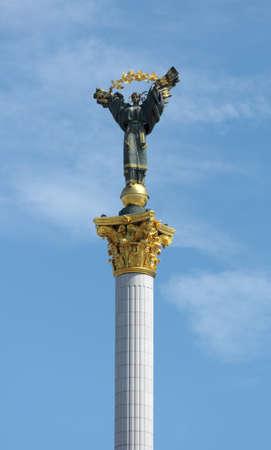 angel de la independencia: El monumento de la Independencia en Kiev Downtown de una capital Foto de archivo