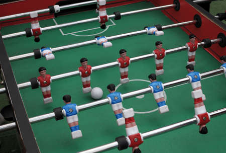 Jogo de futebol de mesa com os jogadores de vermelho e azul