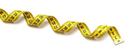 cinta metrica: Cinta m�trica amarilla aislada en el fondo blanco